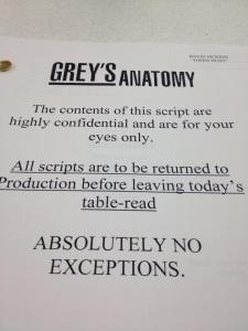 """""""El contenido de este guión es confidencial y es solo para sus ojos. Todos los guiones deben ser devueltos a la producción antes de abandonar el ensayo. SIN EXCEPCIONES."""""""